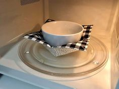 How to Make a Microwave Bowl Cozy Easy Sewing Projects, Sewing Projects For Beginners, Sewing Hacks, Sewing Tutorials, Crafty Projects, Sewing Tips, Sewing Ideas, Sewing Crafts, Sewing Patterns