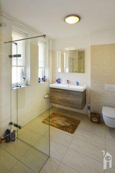 Één van de twee badkamers Alcove, Bathtub, Bathroom, Modern, Standing Bath, Washroom, Bath Tub, Trendy Tree, Bathtubs