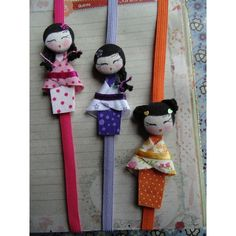 Dizem que ganhar uma bonequinha kokeshi é levar a sorte, harmonia e prosperidade ao lar.    Significado das Cores:  Rosa = DELICADEZA  Lilás = BELEZA  Laranja = ENERGIA Sewing Projects, Projects To Try, Book Making, Doll Face, Creative Gifts, Bookmarks, Arts And Crafts, Christmas Ornaments, Fabric