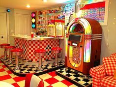 Diner Rec Room With Jukebox 1950s Diner, Vintage Diner, Retro Diner, Vintage Kitchen, Retro Cafe, 50s Diner Kitchen, Diner Food, Cafeteria Retro, Bar Retro