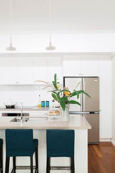 This charming post-war bungalow in Brisbane has been a renovator's delight for its owners who have transformed it with classic-contemporary style. Brisbane, Bungalow, Hamptons Kitchen, Timeless Kitchen, Home Kitchens, Farmhouse Kitchens, Modern Kitchens, Cuisines Design, Beautiful Interiors