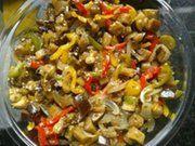 Corte as berinjelas, os pimentões e as cebolas e arrume em camadas a berinjela, o pimentão e por cima a cebola, em placa de alumínio Coloque...