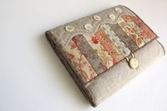 Bloom: travel jewelry case, love the look of the front, the waves and buttons, so cute!