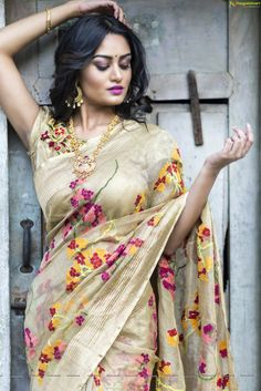 Beauty...curvy, saree