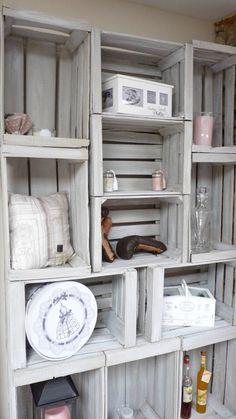 Aménagement d'un salon. Bibliothèque avec des caisses de pommes. Audrey Clain Pinkspace Relooking.