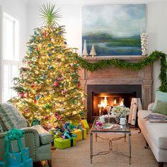 guirlandes lumineuses et cadeaux jaunes au-dessous du sapin de Noël