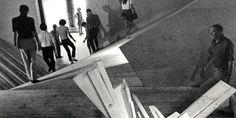 """Grandes arquitectos de ayer, es por ejemplo, el caso de Claude Parent. Este polémico arquitecto francés, después de conocer a Paul Virilo e escribió  """"Vivir en lo oblicuo"""", donde aunaba conceptos arquitectónicos, urbanísticos y sociales, y cuyas palabras, junto con sus dibujos y obras, parecen haber inspirado muchos de los planos inclinados de OMA, y algunos trabajos de su compatriota Jean Nouvel."""