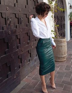 Karla Deras: love her signature look of a pencil skirt + oversized shirt -- not so secret obsession Karla Deras, Fashion Mode, Look Fashion, Autumn Fashion, Gothic Fashion, Fashion Styles, Fashion News, Funny Fashion, Steampunk Fashion