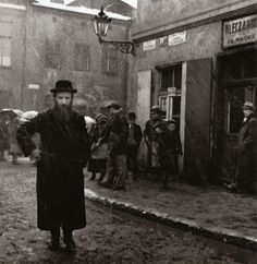 Isaac Street, Kazimierz, Krakow, Poland, by Roman Vishniac Roman, Photography Website, Street Photography, Ukraine, Jewish Museum, Central And Eastern Europe, Jewish History, Jewish Art, Documentary Photographers