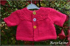 Un petit gilet-brassière rose au tricot