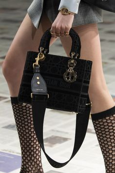Christian Dior at Paris Fashion Week Fall 2020 - Details Runway Photos Dior Purses, Dior Handbags, New Handbags, Purses And Handbags, Christian Dior Bags, Christian Dior Couture, Christian Dior Vintage, Fashion Week, Fashion Bags