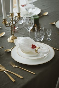 NATHALIE GULL // NATHALIE GOLD is a beautiful, classic bone china collection. Clean and pure in its expression, Nathalie Gold is decorated with a love chain in pure gold. A popular set of wedding china, the collection was launched in