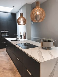The perfect combination for a kitchen if you ask me, black cabinets, marble look counter top (Dekton Kitchen Room Design, Rustic Kitchen Design, Home Decor Kitchen, Kitchen Interior, Kitchen Marble Top, Beautiful Kitchen Designs, White Countertops, Kitchen Handles, Design Moderne