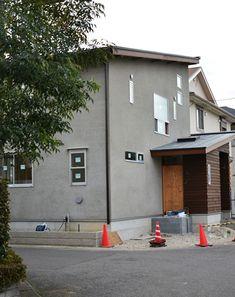 柏の葉公園の家 (5)足場が外されました。グレーの落ち着いた印象です。これから外構工事(塀やウッドデッキは建て主さんによる施工)が始まります。家を建てたく... Exterior Paint Colors, Facade House, Guest Room, Simple, Outdoor Decor, Home Decor, Google, Home, Decoration Home