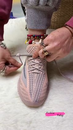 Ways To Lace Shoes, How To Tie Shoes, Diy Clothes Design, Diy Clothes And Shoes, Diy Clothes Life Hacks, Clothing Hacks, Ways To Tie Shoelaces, Color Combinations For Clothes, Diy Fashion Hacks