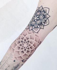 Mandala Tattoo Design, Dotwork Tattoo Mandala, Geometric Mandala Tattoo, Henna Tattoo Designs, Designs Mehndi, Tattoo Ideas, Body Art Tattoos, Small Tattoos, Henna Tattoos