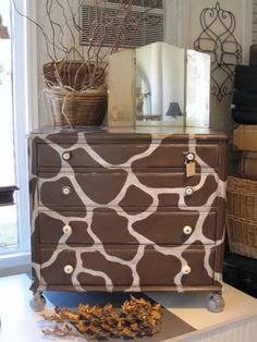 Giraffe Print Dresser I must do this for Labran ! Giraffe Bedroom, Giraffe Decor, Giraffe Art, Cute Giraffe, Pink Giraffe, Safari Room, Jungle Room, Safari Nursery, Safari Theme