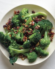 Broccoli with Almonds and Olives is an easy veggie side #Thanksgiving
