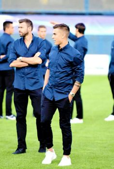 (L-R) Juventus' team players Andrea Barzagli and Paulo Dybala inspect the pitch at the Maksimir stadium in Zagreb on September on the eve of their UEFA Champions League Group H football match against Dinamo Zagreb. Soccer Guys, Football Soccer, Football Players, Juventus Players, Juventus Fc, Juventus Soccer, Dybala Hair, Juventus Wallpapers, Cr7 Junior
