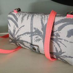 Atelier24 sur Instagram: Une jolie commande personnalisée ! Merci Sylvie ! Version palmiers et tissu corail 🌴 pour ce compagnon. Grâce à sa bandoulière amovible…