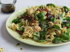 Mediterraner Nudelsalat mit Hähnchen und Avocado