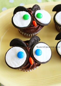 10 fun school snacks. Chocolate cupcakes decorated with Oreos and M&Ms. Easy and cute!