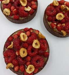 Tartelletta al cacao, fragoline e pistacchi | Passionedolce Cakes, Sweet, Desserts, Food, Candy, Tailgate Desserts, Deserts, Cake Makers, Kuchen