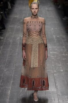 via Valentino Fall 2016 Ready to Wear at Paris Fashion Week Maria Grazia Chiuri and Pierpaolo Piccioli totally got it right. Fashion Week Paris, Runway Fashion, High Fashion, Fashion Show, Women's Fashion, Fashion Trends, Moda Hippie, Mode Editorials, Fashion Editorials