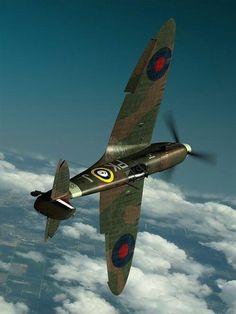 Le Supermarine Spitfire fut l'un des chasseurs monoplaces les plus utilisés par la RAF et par les Alliés pendant la Seconde Guerre mondiale. Construit à un nombre d'exemplaires supérieur à celui de n'importe quel autre appareil allié, il donna lieu à une diversification et à une multiplicité de versions jamais atteintes dans l'histoire de l'aviation. Wikipedia