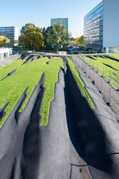 L'enfance du pli photographiée par un photographe, merci à Laurent Barlier  Gilles Brusset#sculpture-paysage in situ#enrobé  bitumineux+gazon+aluminium#Meyrin#2017