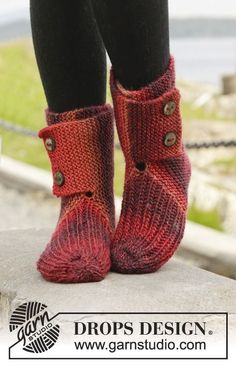 "Knitted DROPS slippers in garter st with rib in ""Big Delight"". ~ DROPS Design: 19 sts x 37 rows in garter st = x Knitted Slippers, Crochet Slippers, Knit Or Crochet, Drops Design, Knitting Patterns Free, Free Knitting, Free Pattern, Crochet Patterns, Point Mousse"