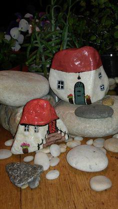Kamene kucice Pebble Painting, Pebble Art, Stone Painting, House Painting, Painted Rock Animals, Painted Rocks Craft, Rock Painting Ideas Easy, Rock Painting Designs, Stone Crafts
