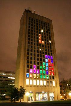 Tetris Light Building!  Foto vía: cosasdearquitectos.com/2012/10/jugando-al-tetris-en-un-edificio-del-mit/