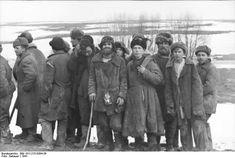Group of russian men. ( They seem  scared).Russia .1941  Propagandakompanien der Wehrmacht - Heer und Luftwaffe
