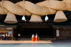 神楽殿の大しめ縄(長さ13m、重さ4.5t)先日25日、法事で大阪に行って来まし...