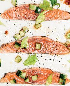 #gravlax #tataki #salmon #cucumber #valentinesday #fish #foodlavie Le Diner, Fish And Seafood, Menu, Caprese Salad, Easy Dinner Recipes, Seafood Recipes, Cucumber, Salmon, Bread