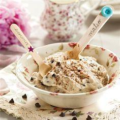 Helado de yogur y plátanoRaciones: para 4 personas  Tiempo de elaboración: 35 minutos  Ingredientes  5 plátanos 150 ml de nata para montar 1⁄2 limón 200 g de yogur griego 120 g de azúcar 100 g de pepitas de chocolate 1 cucharada de cacao en polvo