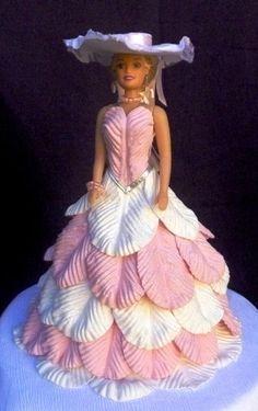 Boneca tipo Barbie com vestido feito em E.V.A.  O vestido pode ser feito de qualquer cor.  Temos também outros modelos de vestido. Confira em nossos produtos. R$ 67,36
