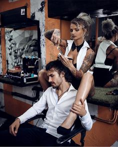 I need a barber like this. Barber Tips, Barber Clippers, Hair Salon Names, Mode Rockabilly, Barber Haircuts, Barber Shop Decor, Barbershop Design, Prevent Hair Loss, Pretty Eyes