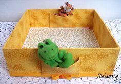 Caixa utilitária para quarto do bebê toda revestida em tecido. Repare nos bolsinhos...