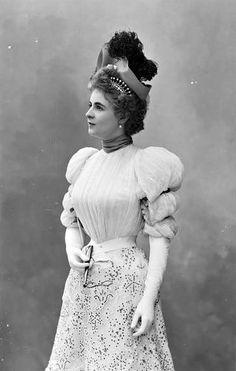 Beautiful Victorian fashion- Mlle Cassive, 1893. Nadar.