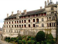 Le château de Blois fût pendant toute la Renaissance la demeure favorite des Rois de France. De Louis XII à François 1er, ce château a connu les fastes et les honneurs de la Cour. C' est une résidence royale, Construite et modifiée au cours des siècles, ce château retrace l'histoire de France. Ici vécurent successivement plusieurs générations de seigneurs et rois. Son architecture mêle avec harmonie les styles du Moyen-âge et de la Renaissance.