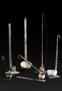Lot composé de six simpulum dont les extémités des manches sont ornés de têtes de canard. (6 objets). Bronze. Epoque Romaine. H_de 18 à 49 cm