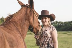 Ensaio feminino #horse #girl #cowgirl #country #countrylife #mulandeiros #mogiguaçu #laisrocha #photography #lookdodia  #bruta #cavalo #ensaio #externo #photoshop #canon #horses #photo #photographyday #day #silhueta #silhouette #fotografia #fotos #feminist #feminino