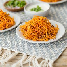 Mal was anderes: knusprige Pommes frites aus Süßkartoffeln. Ein gesunder Snack für den gemütlichen Fernsehabend.