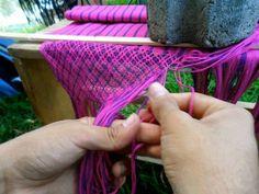 Empalmado o haciendo las puntas de un rebozo tradicional purhepecha,