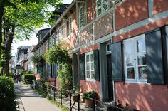 """ .Övelgönne war bis 1890 eine kleine Landgemeinde und bis 1938 ein Stadtteil von Altona. Jetzt ist Övelgoenne ein Teil des Stadtteils Othmarschen und der Weg entlang der Elbe beim Övelgönner Museumshafen trägt diesen Namen. Der schmale Fussweg wird von alten Häusern gesäumt, die lange Zeit von Lotsen und Schiffskapitänen bewohnt wurden und bis zum Ende des 19. Jahrhunderts entstanden. Anfang des 20. Jahrhunderts wurden Häuser in der sogenannten """"Kurort-Architektur"""" gebaut."""