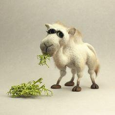 Мастер-класс «Людочка» посвящен изготовлению белой красавицы верблюдицы. Верблюдочки Людочки. Как и на любом другом мастер-классе, вы освоите базовые принципы сухого валяния и научитесь приемам, благодаря которым войлок получится плотным и однородным. Вы получите весь необходимый объем информации, который позволяет овладеть таким необычным скульптурным материалом, как шерсть - сборка фигурки из