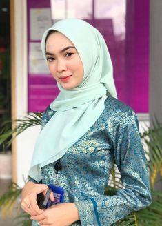 Beautiful Muslim Women, Beautiful Hijab, Muslim Fashion, Hijab Fashion, Kebaya Hijab, Head Scarf Styles, Muslim Beauty, Dark Skin Girls, Turkish Fashion