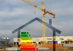 Sobre la foto de un fondo urbano con un grúa en medio, hay dibujado el perfil de una casa, y dentro los iconos de la clasificación energética, de la A a la G.